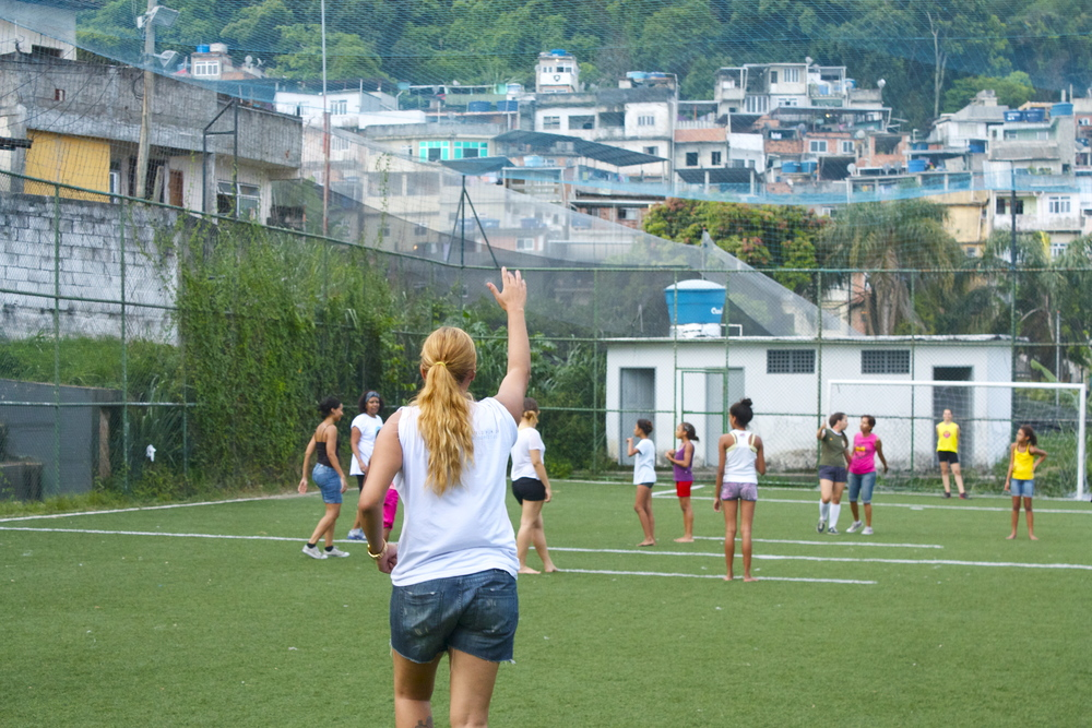 Panmela joining the ladies in futebol, a sport typically reserved for men.  Panmela juntar as senhoras no futebol, um esporte tipicamente reservado para os homens.