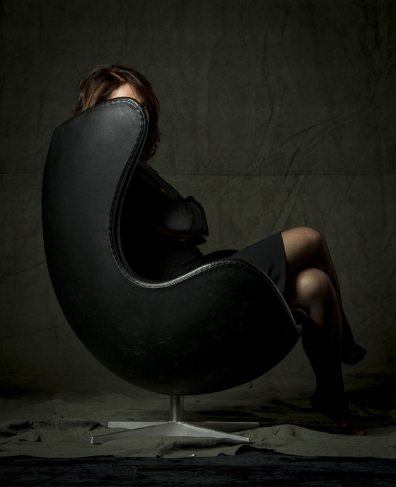 Tittut. Gillar denna bild skarpt. Den dolda, danska regissören Susanne Bier i en Arne Jacobssen-stol. Förståss.