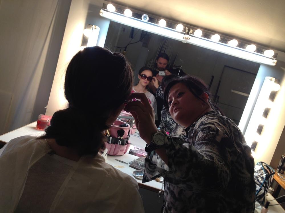 Makeup-Kim ses här ta av glasögonen från Nora. Viktigt ögonblick jag självklart dokumenterade understor koncentration.