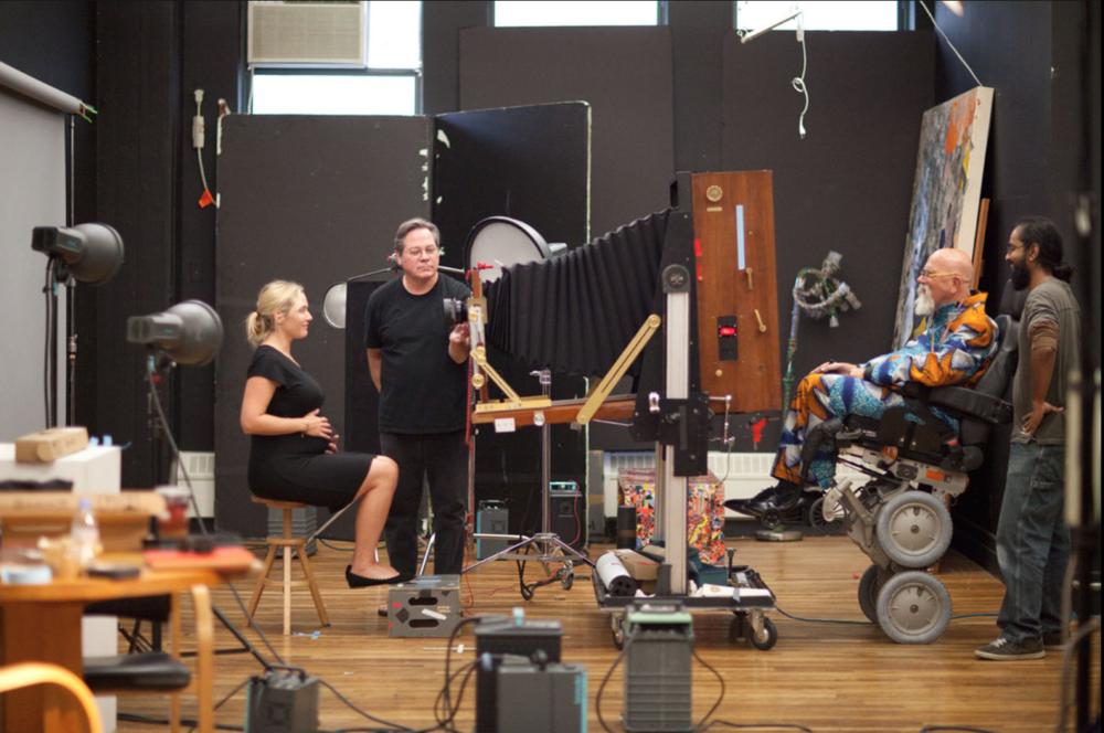 """Kate Winslet framför den abnorma kameran. Blixtarnasplacering känns typiskt """"bara det lyser""""-ljussatt. Coolast på bilden är nog ändå Chuck's rullstol, och antingen har han värsta rumpbalansen eller så är det en Segway-variant."""