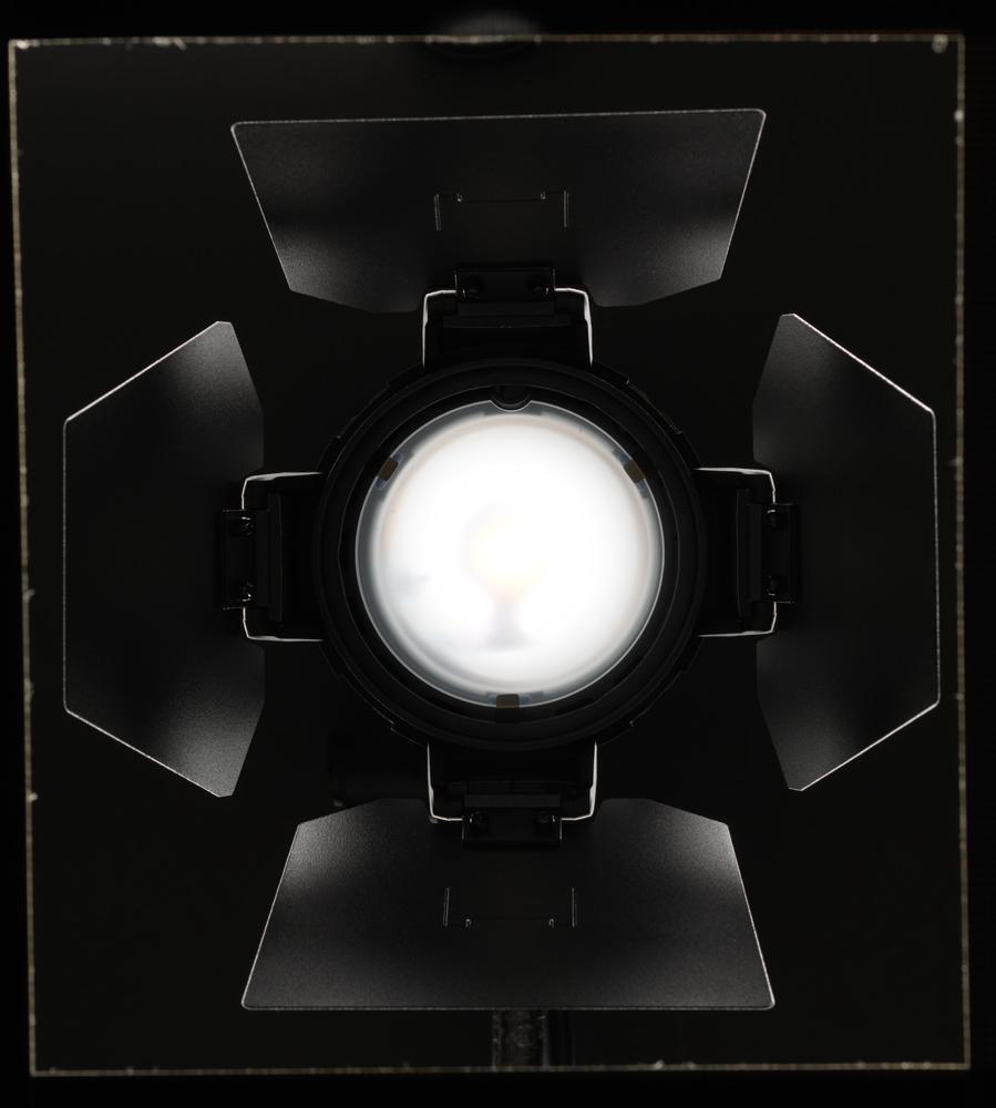 Blixthuvud med barndoors. Öppna. Obs - råfil 100% rakt ur kameran, utan photoshop - ramen runt om är svart gaffatejp jag använt för att maska bort motljuset som kommer från ljus precis utanför ramens kant som lägger alla highlights runt om varje barndoor.
