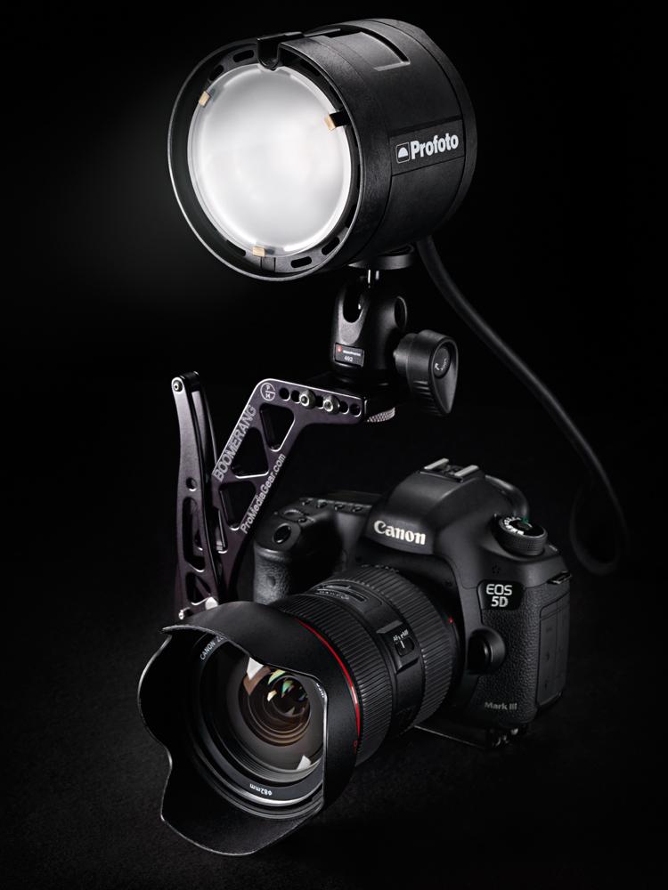 Canon 5D Mk3 med en lösning för b2 direkt på kameran. Precis när denna bild var tagen och studion städad så kom jag på att jag glömt sätta dit Profoto Air-sändaren i kamerans blixtsko som man ju måste ha för att blixten skall veta när den ska blixtra. Med håret avslitet från huvudet riggade jag om allt och tog en ny version med sändaren. När jag nyligen såg den färdiga profotobroschyren med tryckta bilder så har de använt denna bild ändå. :). Knytnävsbit.