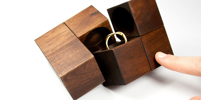 Which materials are generally used to package jewellery?