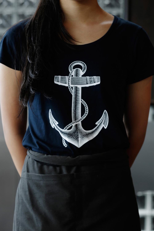 INH_SeaOstro07_Tshirt_5591-1400x2100.jpg