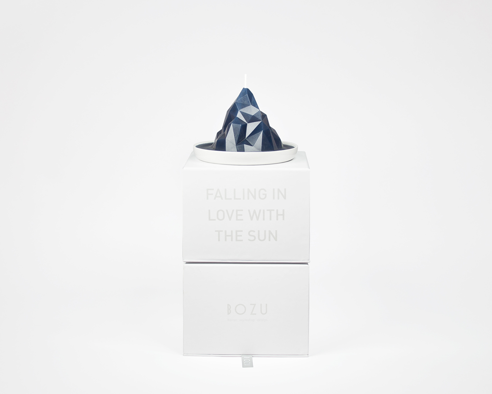 Piccola-blu-su-scatole.jpg