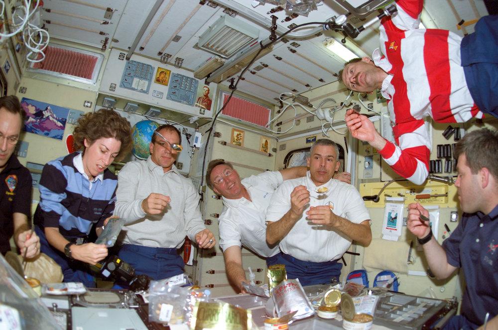 STS-110_crew_eating.jpg