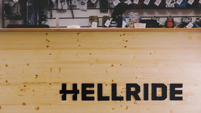 Логотип в интерьере магазина.