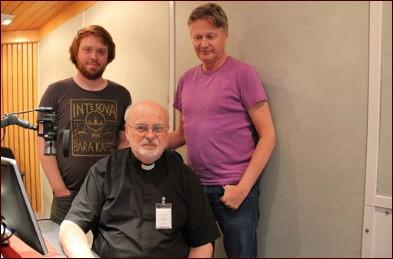 Anders Arborelius tillsammans med tekniker Fabian Begnert och producent Håkan Lahger. Foto: Jonas Ekblom / Sveriges Radio