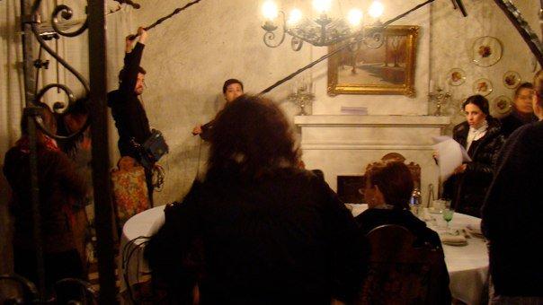 A dos cañas con Fito ensayando movimientos mientras actores practican textos. Se aprecia a Luz Valdivieso al lado de la directora y de espaldas, sentada, con lentes, Consuelo Holzapfel leyendo sus líneas.