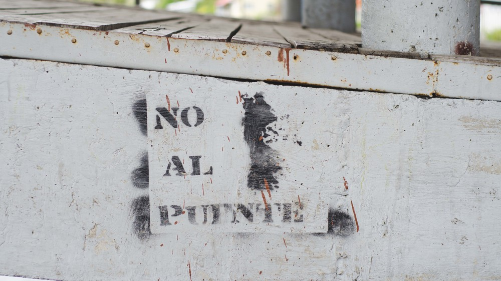 "No al puente  - ""no to the bridge"" - references the controversial bridge being built to join Chiloé Island with mainland Chile, scheduled to be completed in 2020."
