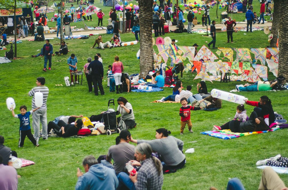 Many families come to the park with a picnic and games for the kids. Hundreds of vendors come to sell their wares - kebabs, completos (hotdogs), shaved ice, juice, stuffed potatoes, pizza, and artisan crafts.