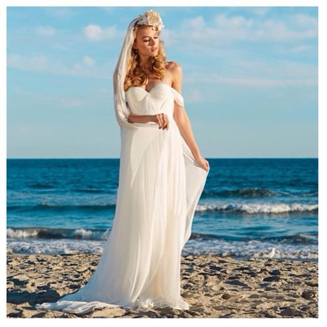 My gorgeous bride in the beach☀️ #tatyanamerenyuk #tatyanamerenyukbridal #dress #fadhion #white #whitedress #boho #bohochick #bohemian #behemianwedding #weddingdress #wedding #bride #beachbride #weddinginspiration #nycdesigner