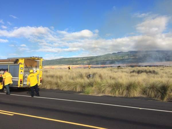 """Firefighters are battling a brush fire in the vicinity of Hawaii Community College — Palamanui. (Graham Milldrum/West Hawaii Today)"""