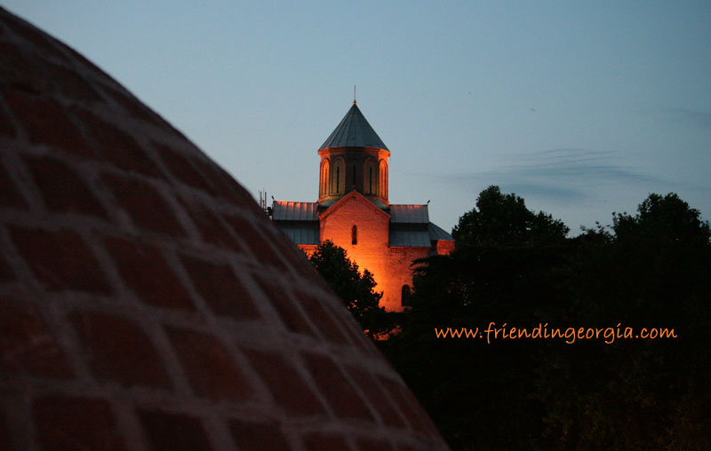 Купол серной бани и вид на храм Метехи вечером