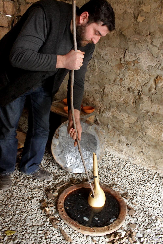 Вычерпывание вина из квеври. Фото: msmarmitelover.com