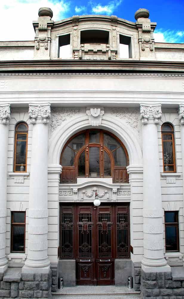 Здание, которое когда-то ограбил Сталин. Фото: Национальная библиотека Грузии
