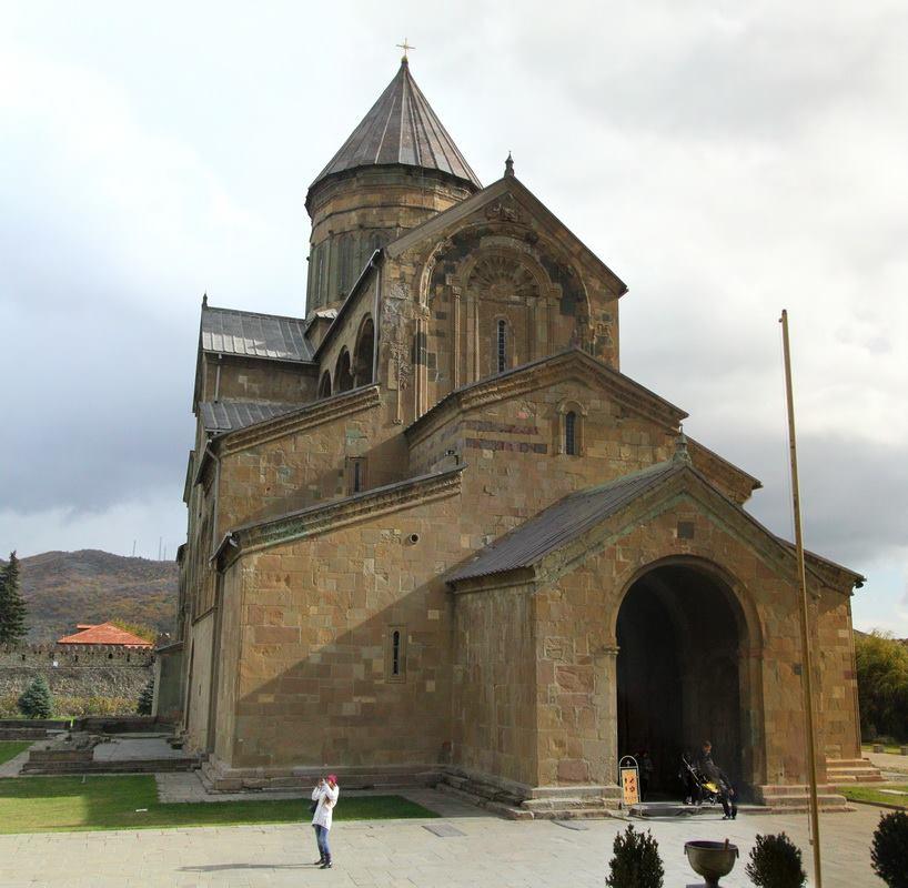 Храм Светицховели. Чуть ли не самый древний храм в Грузии. В основании камни 5 века, то, что мы видим - 11 век