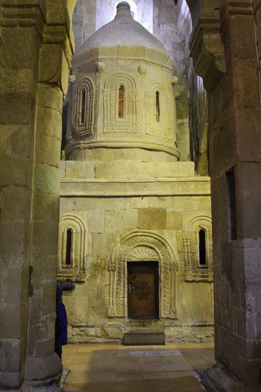Внутри храма - подобие Кувуклии храма Гроба Господня в Иерусалиме. Как ее, наверное, представляли древние зодчие