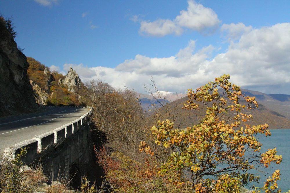 По берегу идет Военно-Грузинская дорога. Из Грузии в Россию