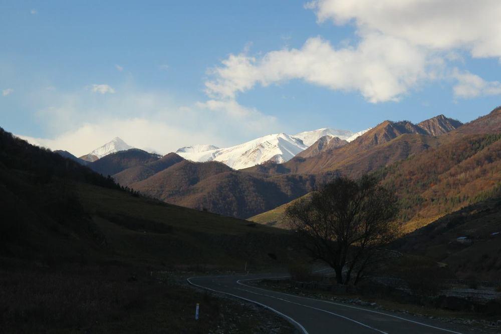 Военно-Грузинская дорога. Вдалеке появились снежные вершины