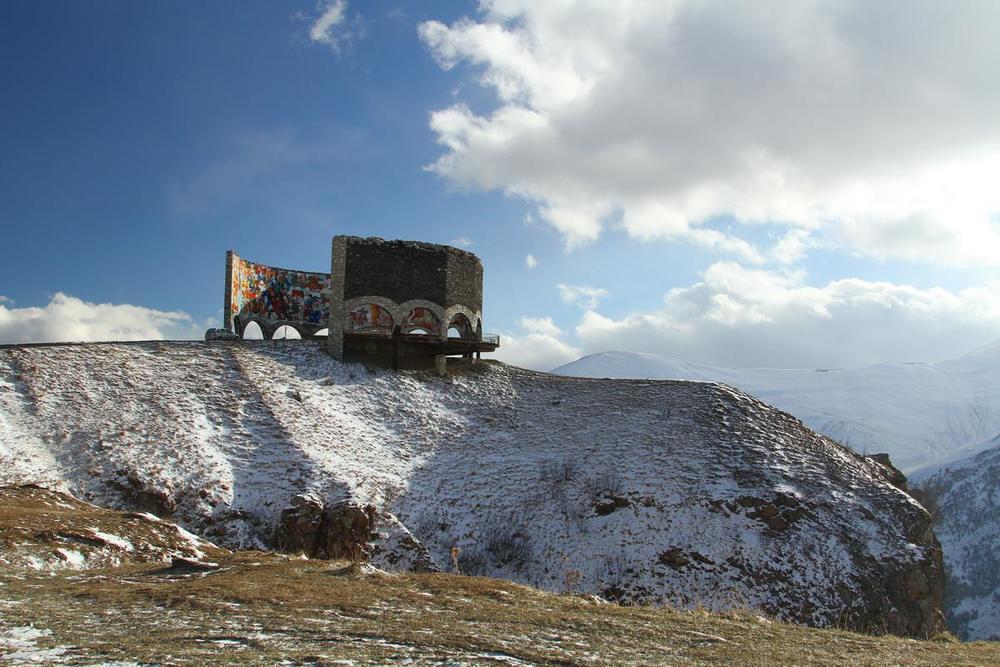 На перевале памятник нерушимой русско-грузинской дружбе. Заброшенный за ненадобностью