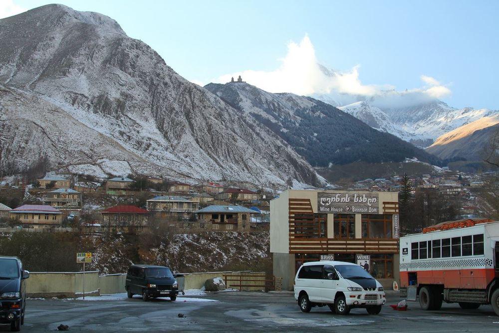Вон там на вершине цель нашей поездки в Казбеги по Военно-Грузинской дороге. Чтобы добраться к этому храму ,нужно поменять транспорт