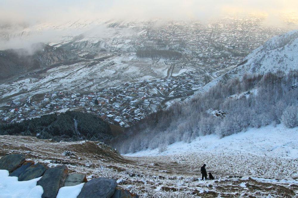 Поселок Степанцминда остался далеко внизу за облаками