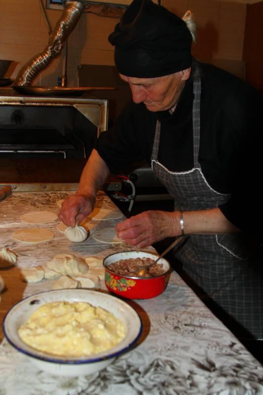 Рекомендую после подъема к духовному, в Степанцминде зайти в хинкальную у дороги. Там делает хинкали вот такая грузинская бабушка. Он их делает, наверное, всю жизнь, так как делала ее бабушка, и прабабушка и пра-пра... Очень вкусно!