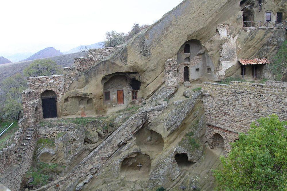 Первые кельи Давид-Гареджи вырублены в песчаннике