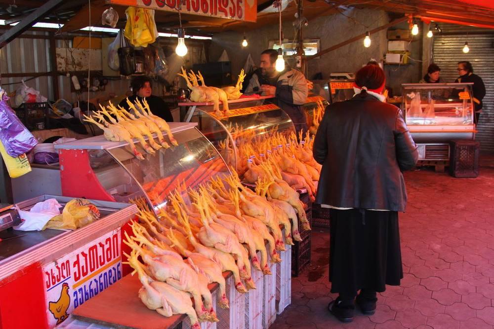Вернувшись в Тбилиси, мы попросили Гиорги заехать на рынок. Ну традиция у нас) Где вы еще таких кур увидите?