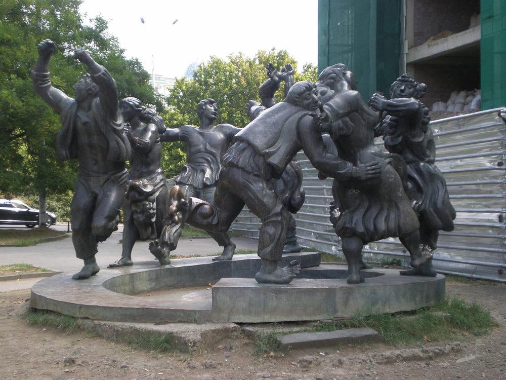 Это скульптура перед Музеем Кукол, который перехал. Старое здание, к сожалению, я не застала(((