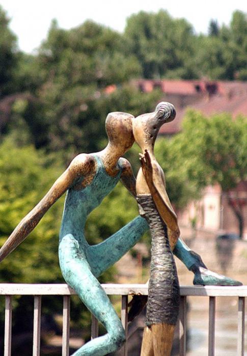 """Эх, молодость, молодость!.. -Скульптурная композиция """"Молодость"""" на мосту Бараташвили в Тбилиси"""