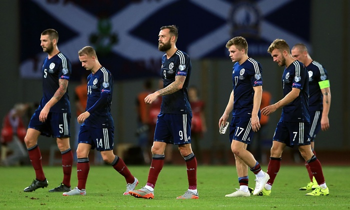 Грустные шотландцы уходят с поля. Фото: Nick Potts, Press Association
