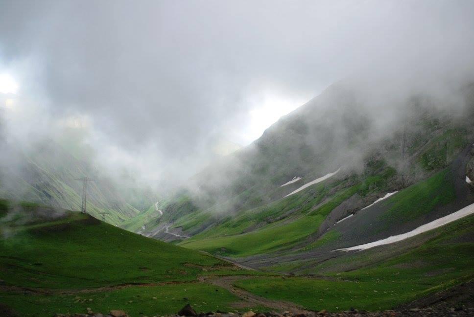 Долго мы тряслись по горной дороге от Алвани в Кахетии, вначале вдоль реки Стори (Кето еще пошутила, что это какая-то Neverending Story), потом все выше, к перевалу. Перевал Абано нас встретил неприветливо - туманом, вернее - лежащим на нем облаком.