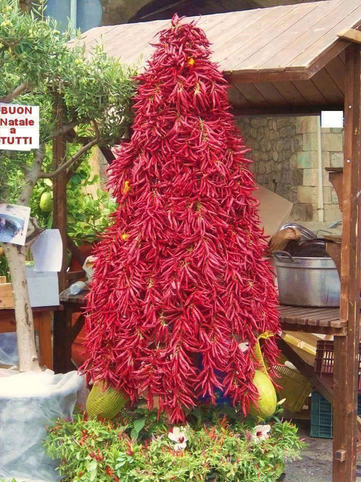 """Елка"" из красного перца. Фото с сайта gemrielia.ge"