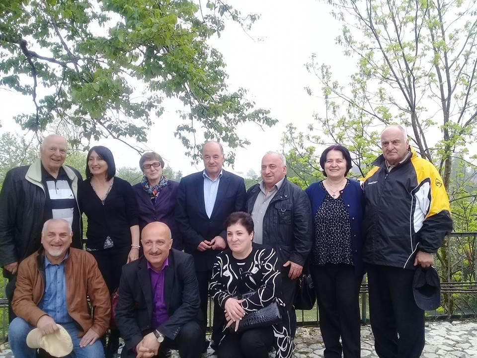 ОДНОФАМИЛЬЦЫ НА НЫНЕШНЕЙ ВСТРЕЧЕ. В верхнем ряду слева направо четвертый - Джемал Кухалашвили, третья - Роза Кухалашвили