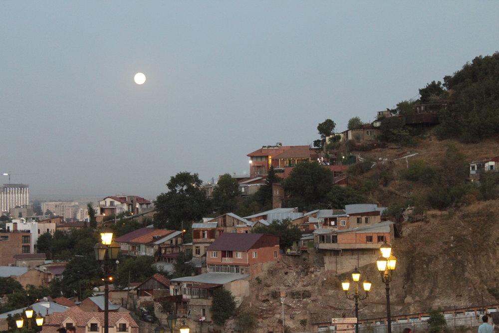 Луна и фонари скромно подыгрывают.