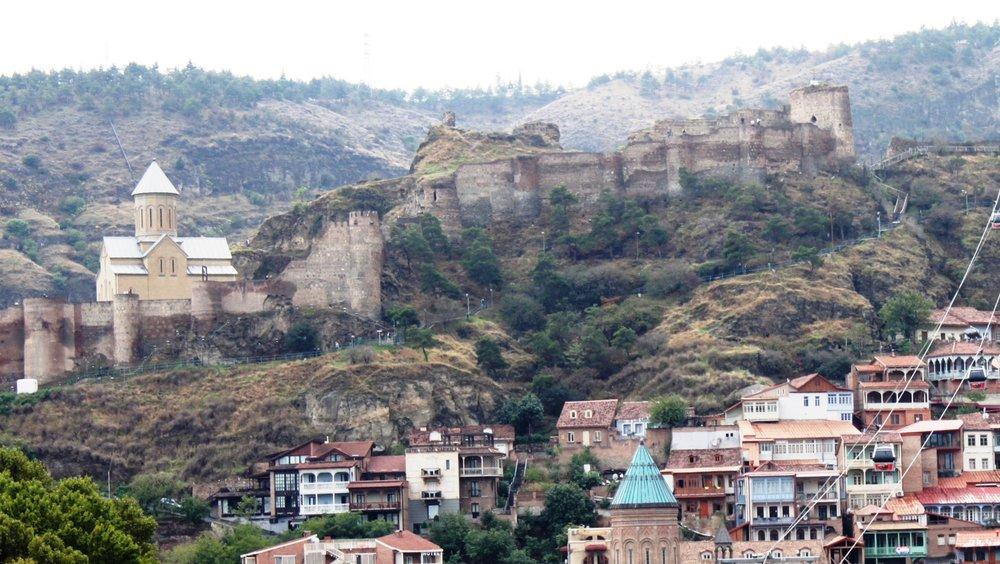 Крепость Нарикала, вид из города. Еще недавно храма здесь не было, а остатки его стен лежали под землей