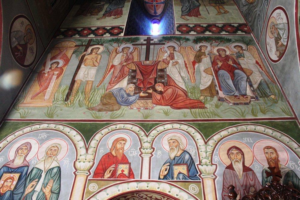 Сюжеты фресок каноноческие. Их отбирала специальная комиссия, возглавляемая Грузинской Православной церковью