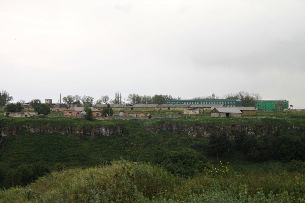 Это плато за оврагом было занято военной базой. Зелененькие соружения - это ее штабы и казармы
