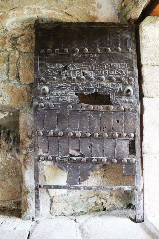 За тысячу лет ворота, ясное дело, несколько истрепались. Зато 100% оригинал