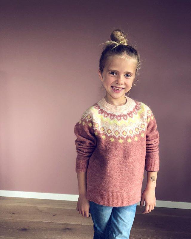 Lille Ninni genser 💖 fås i mange lekre fargar i str 62-128 😘  #littlemountains #iisofnorway #ullergull #barneklær