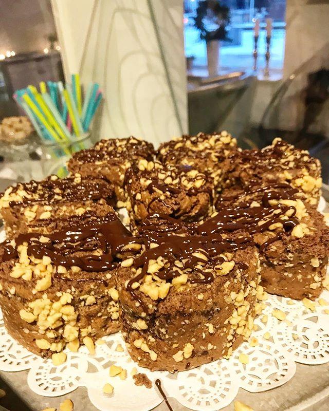 Chokladrulltårta med jordnötsfyllning med ringlad choklad 😋😍 #lejascafeua #baka#choklad