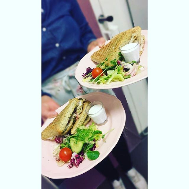 Våra populära PANINI❣️Finns i fyra smaker,kom in och testa #lejascafeua #lejascafe #panini #hembakat #äktaråvaror #kycklingpanini #mozarellapestopanini #ostochskinkpanini #tacopanini #uddevallacafe #lunch