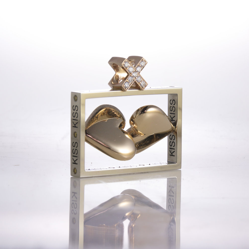 Kiss Pendant   white gold, yellow gold, diamonds