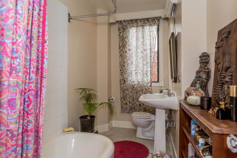015-Bathroom-1404673-mls.jpg