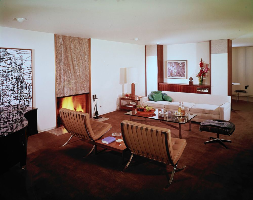 Barcelona chairs and coffee table mix with an Eames ottoman and Van Keppel-Green sofa in the Long Beach home of Eddie Frank (Case Study No. 25)© J. Paul Getty Trust. Getty Research Institute, Los Angeles (2004.R.10)