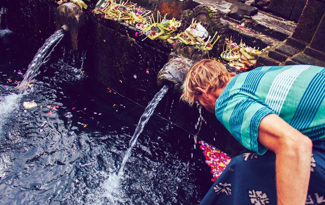 Kilian blessing himself atIsanta Tampak Siring spring.