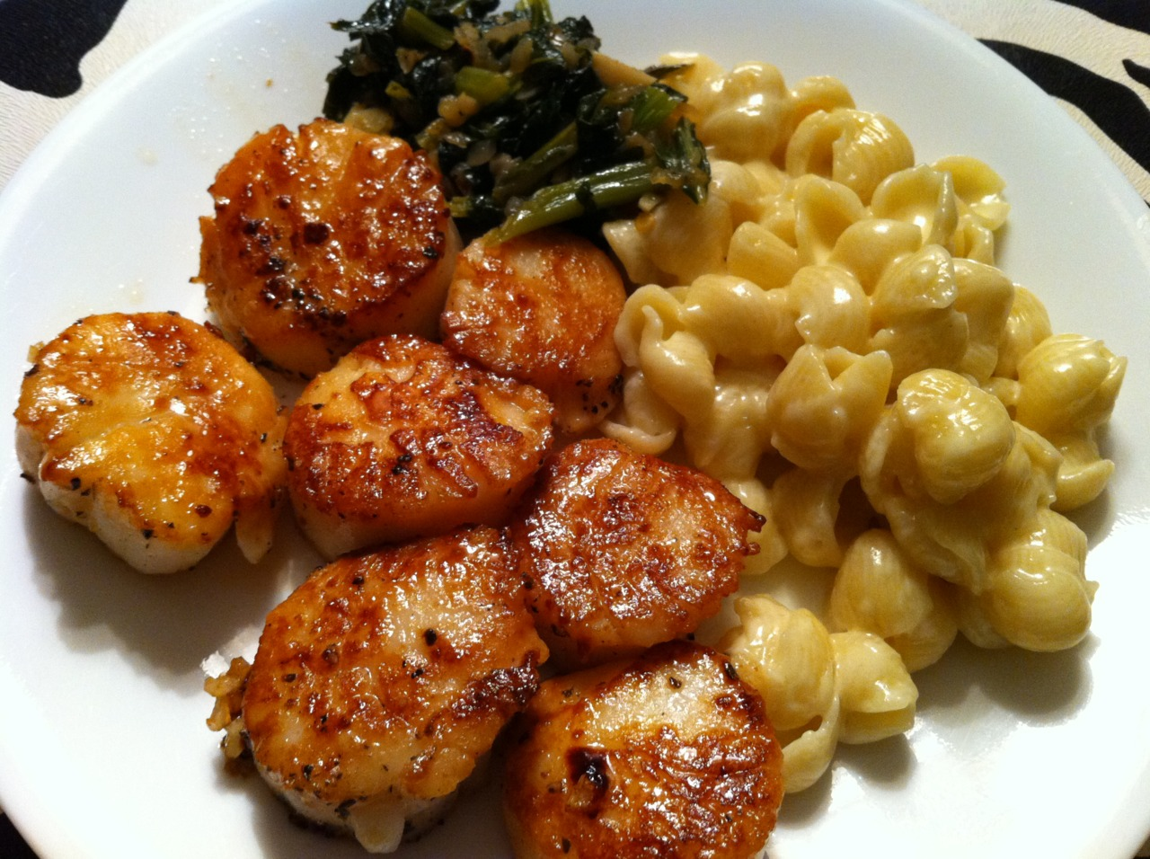 Scallops, Macaroni & Cheese with truffle oil, and greens. We ate at home Saturday :)