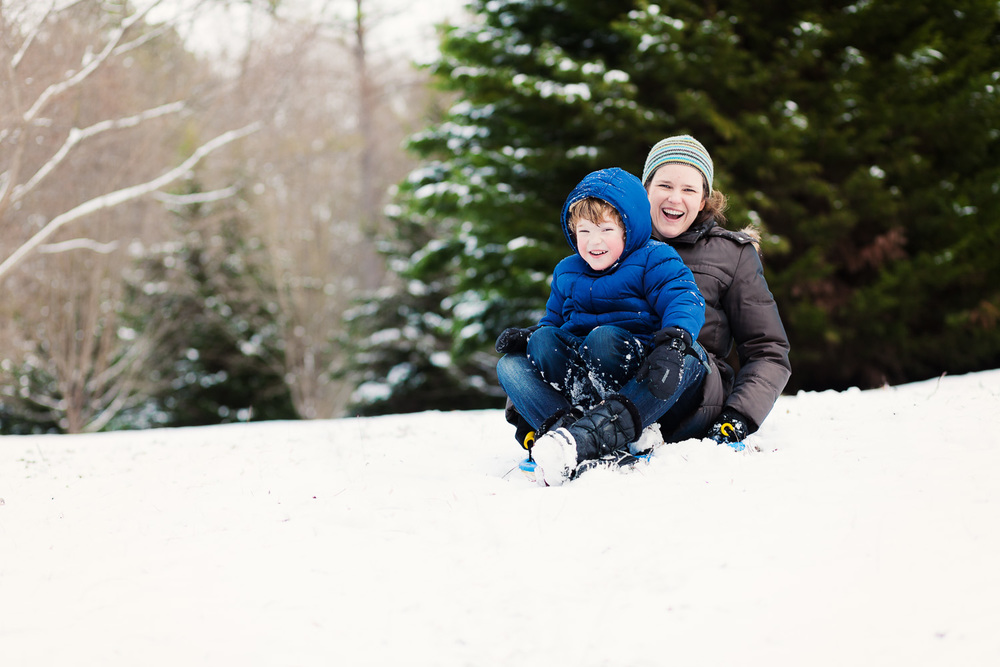atlanta family photographer family sledding in snow